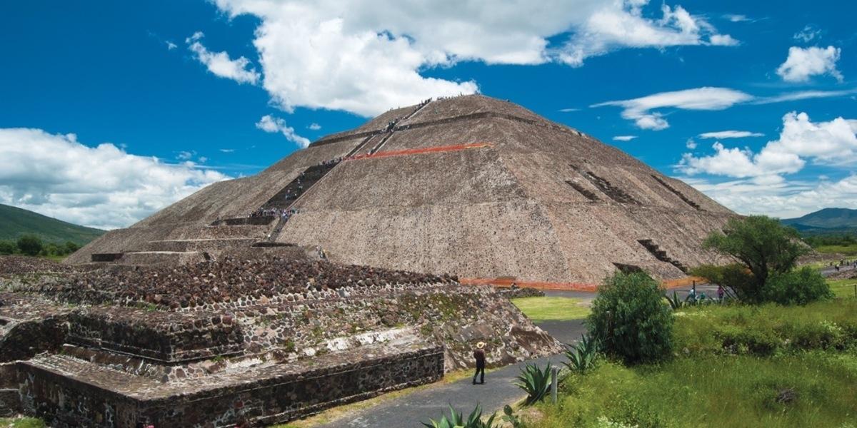 El interior de la pir mide del sol en teotihuacan for Interior de una piramide