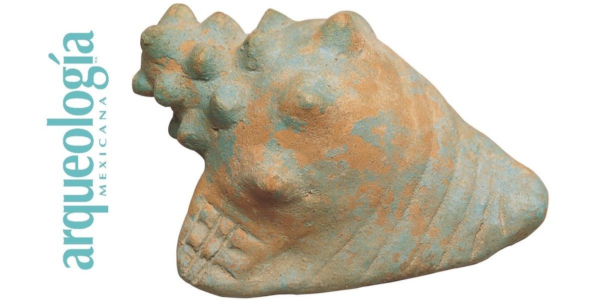 Escultura pequeña de cerámica pintada con azul maya que imita un caracol marino